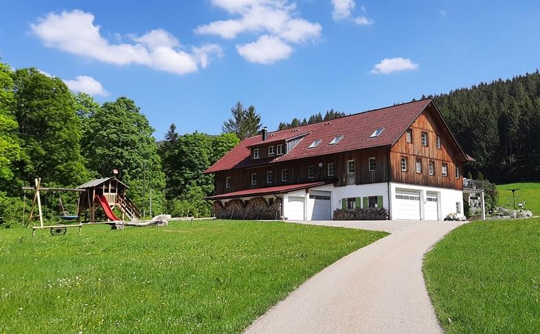 Haus mit Spielplatz111